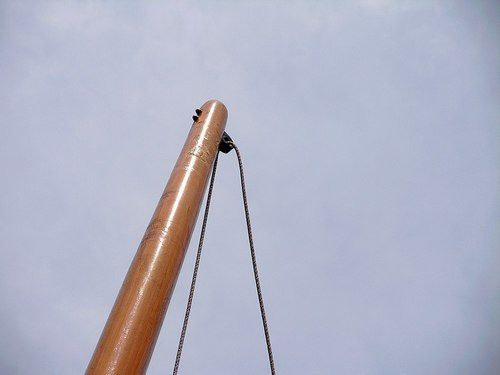 main halyard fitting on top of mast for lug rig. Goat Island Skiff: storerboatplans.com